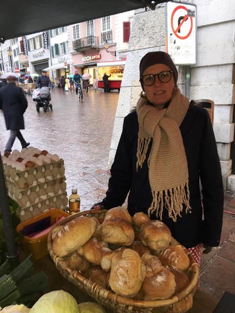 Denise mit Brot